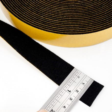 Svart självhäftande filt på rulle 25 mm bred